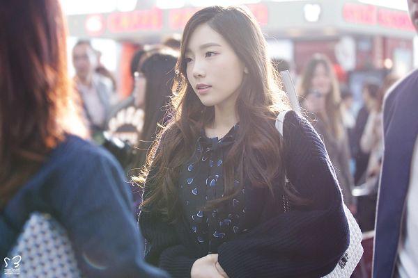 Tags: K-Pop, Girls' Generation, Kim Tae-yeon, Bag, Cardigan, Outdoors, Wallpaper, Sweet3haven9