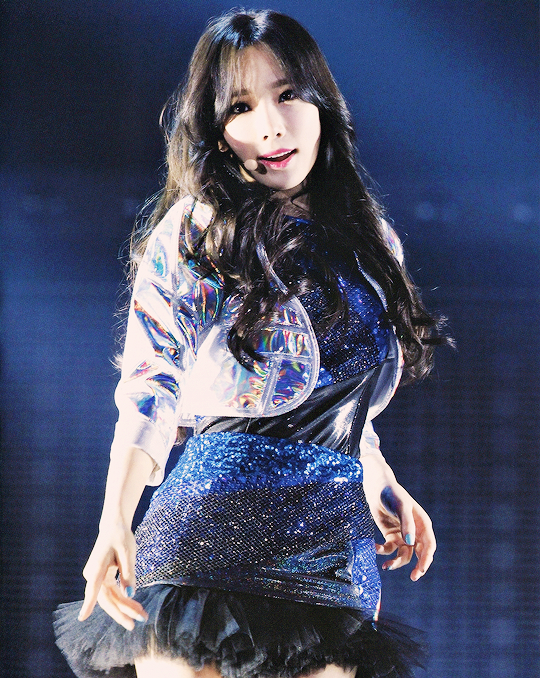 Tags: K-Pop, Girls' Generation, Kim Tae-yeon, Blue Outfit, Gray Outerwear, Blue Background, Blue Dress, Tokyo Dome, Live Performance