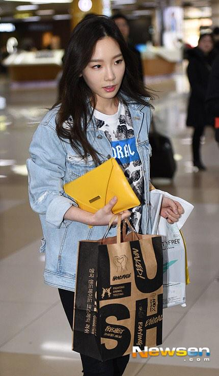 Tags: K-Pop, Girls' Generation, Kim Tae-yeon, Black Pants, Blue Jacket, Looking Away, Bag, Denim Jacket, Walking, Airport, Newsen