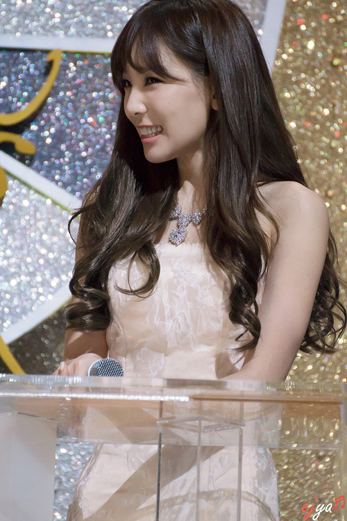 Tags: K-Pop, Girls' Generation, Kim Tae-yeon, Sleeveless Dress, Wavy Hair, White Dress, Necklace, Bare Shoulders, Looking Away, Sleeveless, Ejya, Golden Disc Awards