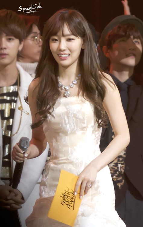 Tags: K-Pop, Girls' Generation, Kim Tae-yeon, Looking Down, Wavy Hair, Bare Shoulders, Necklace, White Dress, Sleeveless Dress, Sleeveless, Looking Ahead, Golden Disc Awards