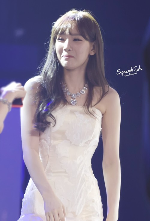 Tags: K-Pop, Girls' Generation, Kim Tae-yeon, Sleeveless Dress, White Outfit, Necklace, Eyes Half Closed, White Dress, Purple Background, Looking Away, Bare Shoulders, Blue Background