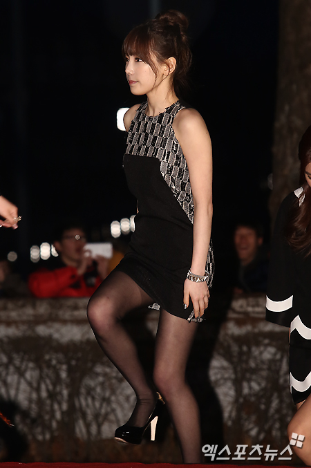 Tags: Seoul Music Awards, Girls' Generation, Kim Tae-yeon, Black Footwear, High Heels, Walking, Side View, Black Dress