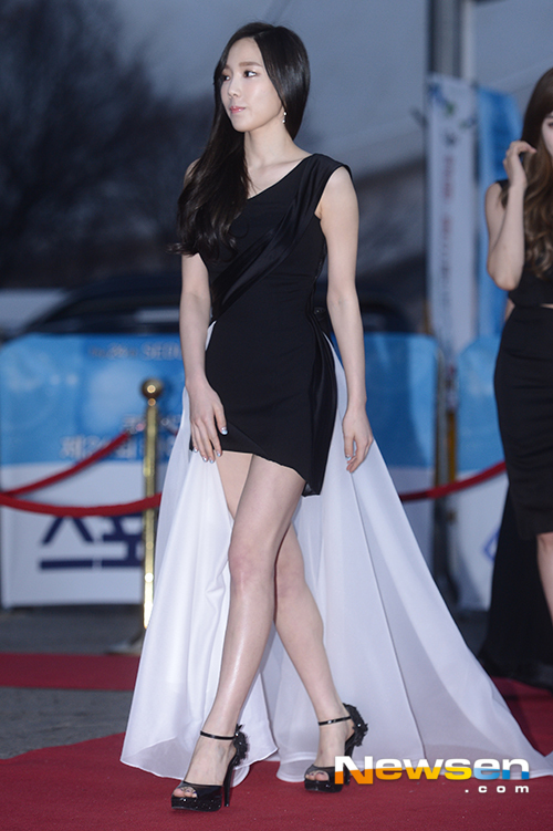 Tags: K-Pop, Girls' Generation, Kim Tae-yeon, Collarbone, Walking, High Heels, Black Outfit, Bare Legs, Black Dress, Black Footwear, Looking Away, Newsen