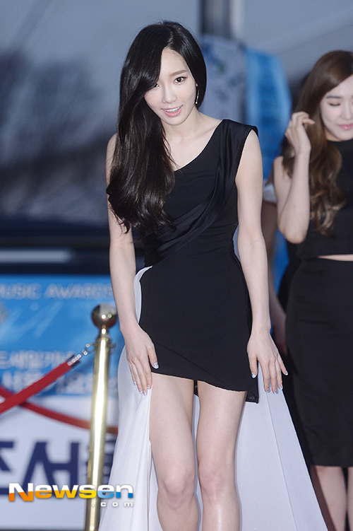 Tags: K-Pop, Girls' Generation, Kim Tae-yeon, Walking, Bare Shoulders, Black Outfit, Bare Legs, Black Dress, Sleeveless Dress, Sleeveless, Newsen