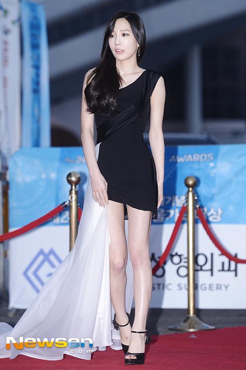 Tags: K-Pop, Girls' Generation, Kim Tae-yeon, Bare Legs, Black Dress, Collarbone, High Heels, Sleeveless Dress, Looking Away, Black Footwear, Sleeveless, Bare Shoulders