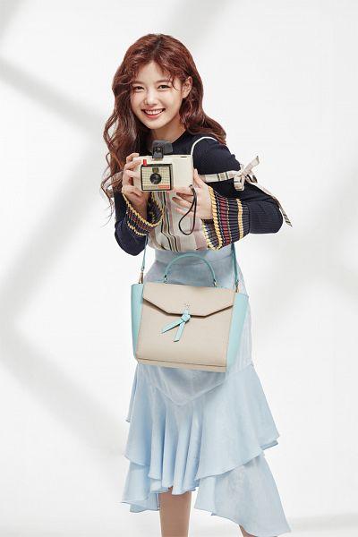 Tags: K-Drama, Kim Yoo-jung, Shadow, Wavy Hair, Multi-colored Shirt, Blue Skirt, Skirt, Bag, Holding Object, Light Background, Lapalette
