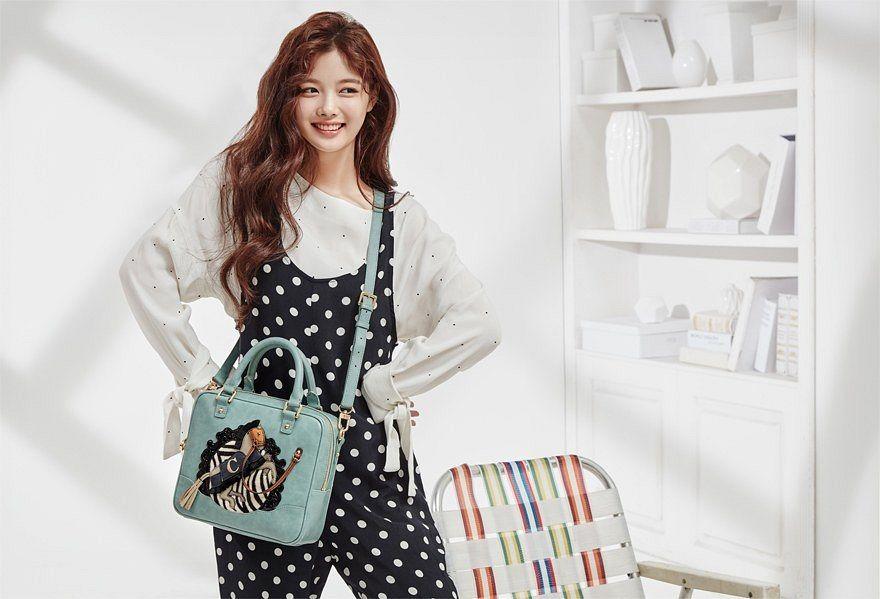 Tags: K-Drama, Kim Yoo-jung, Gray Shirt, Hand On Hip, Bag, Wavy Hair, Black Pants, Light Background, Shadow, Looking Away, Lapalette