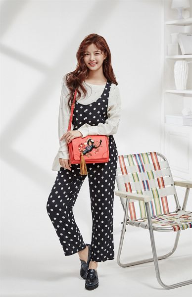 Tags: K-Drama, Kim Yoo-jung, Bag, Black Pants, Shadow, Light Background, Black Footwear, Wavy Hair, Gray Shirt, Lapalette