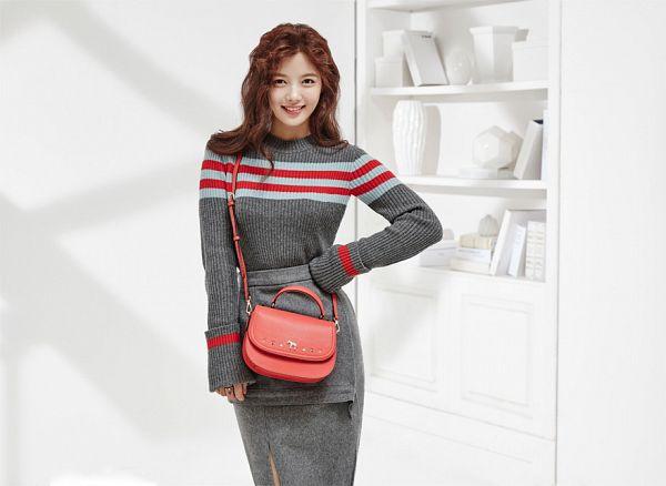 Tags: K-Drama, Kim Yoo-jung, Skirt, Bag, Gray Skirt, Light Background, Hand On Hip, Shadow, Wavy Hair, Gray Shirt, Lapalette