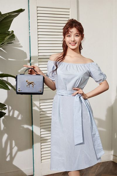 Tags: K-Drama, Kim Yoo-jung, Blue Outfit, Wavy Hair, Plant, Short Sleeves, Shadow, Holding Object, Blue Dress, Light Background, Bag, Hand On Hip