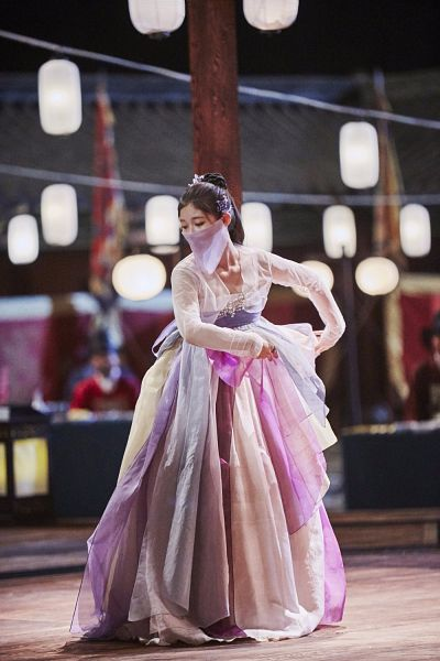 Tags: K-Drama, Kim Yoo-jung, Night, Headdress, Mask, Covering Mouth, Traditional Clothes, Korean Clothes, Dancing, Hanbok, Lamp, Android/iPhone Wallpaper