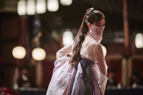 Tags: K-Drama, Kim Yoo-jung, Headdress, Mask, Covering Mouth, Traditional Clothes, Korean Clothes, Dancing, Hanbok, Lamp, Night, Moonlight Drawn by Clouds