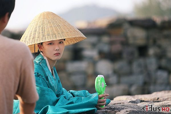 Tags: K-Drama, Kim Yoo-jung, Traditional Clothes, Korean Clothes, Fan, Hat, Electric Fan, Green Outfit, Moonlight Drawn by Clouds