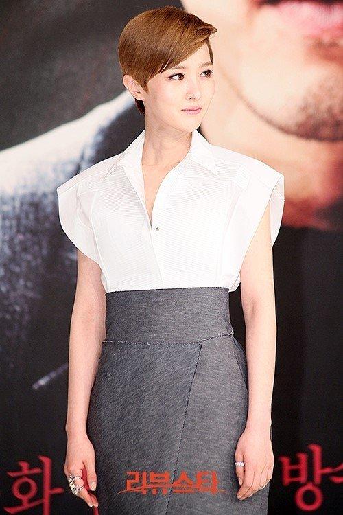 Tags: K-Drama, Kim Yoo-ri, Looking Away, Gray Skirt, Skirt, Dark Background, Korean Text, Black Background