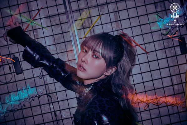 Tags: K-Pop, Dreamcatcher, Kim Yoohyeon, Ponytail, Black Gloves, Leather Jacket, Gray Background, Gloves, Cage, Text: Artist Name, Hair Up, Choker