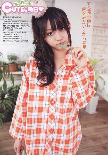 Tags: J-Pop, AKB48, Kizaki Yuria, Checkered Shirt, Wavy Hair, Toothbrush, Japanese Text, Checkered, Orange Shirt, Black Headwear, Text: Artist Name, English Text