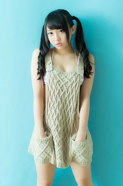Tags: J-Pop, AKB48, Kizaki Yuria, White Outfit, Bare Legs, Hand In Pocket, Sweater, White Dress, Twin Tails, Collarbone, Blue Background