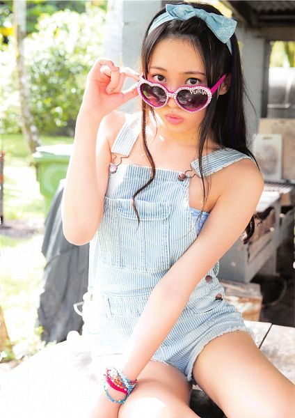 Tags: J-Pop, AKB48, Kizaki Yuria, Bare Legs, Outdoors, Sleeveless, Hair Ornament, Hair Bow, Bracelet, Blue Bow, Bare Shoulders, Glasses