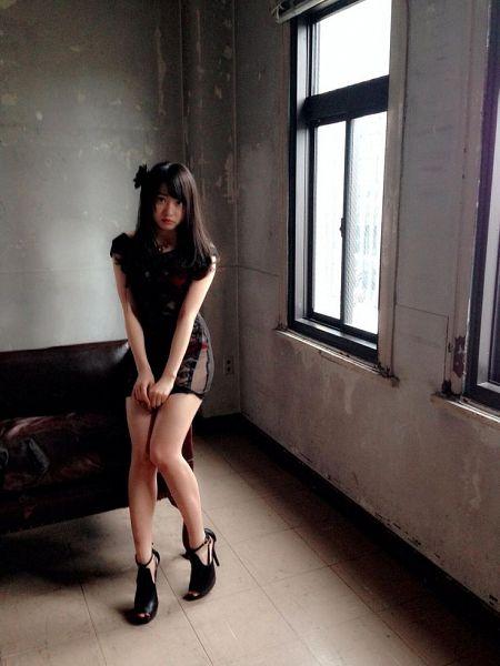 Tags: AKB48, Kizaki Yuria, High Heels, Black Footwear, Window, Black Outfit, Couch