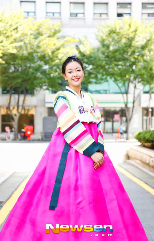Tags: K-Drama, Ko Won-hee, Grin, Korean Clothes, Skirt, Pink Skirt, Hanbok, Striped, Hair Up, Traditional Clothes, Newsen