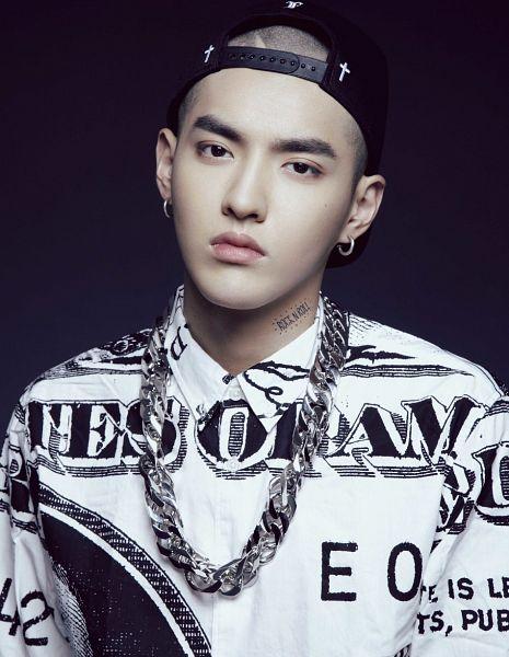 Tags: EXO, Kris, Dark Background, Necklace, Baseball, Black Background, Hat, Baseball Cap, Black Eyes, Black Headwear, Tattoo