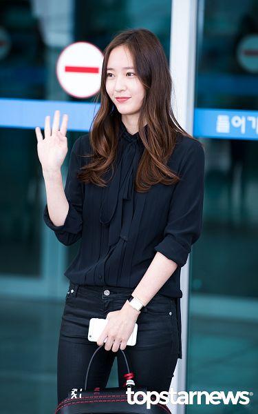 Tags: K-Pop, f(x), Krystal Jung, Black Pants, Looking Away, Wave, Phone, Bag, Airport, Leather Pants, Smartphone, Android/iPhone Wallpaper