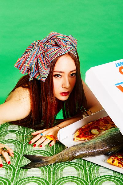 Tags: K-Pop, f(x), Krystal Jung, Food, Pizza, Looking Ahead, Fish, Green Background, Android/iPhone Wallpaper, 4 Walls