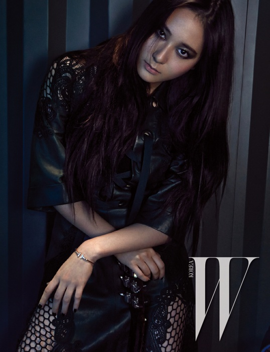 Tags: K-Pop, f(x), Krystal Jung, Black Outfit, Text: Magazine Name, Scan, W Korea, Magazine Scan