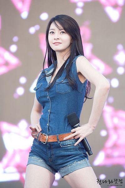 Tags: K-Pop, Hello Venus, Kwon Nara, Belt, Bare Shoulders, Bare Legs, Sleeveless, Hand On Hip, Denim Shirt, Korean Text, Shorts, Denim Shorts