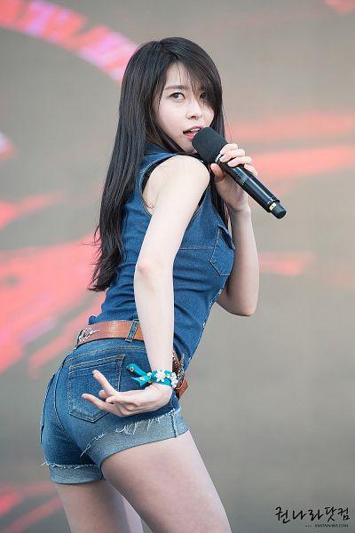 Tags: K-Pop, Hello Venus, Kwon Nara, Suggestive, Looking Up, Butt, Denim Shorts, Gray Background, Sleeveless Shirt, Shorts, Bare Shoulders, Belt