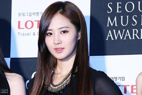 Tags: K-Pop, Seoul Music Awards, Girls' Generation, Kwon Yuri, Necklace, Checkered Background, Light Background, White Background, Dark Background, Black Dress, Black Background, Checkered