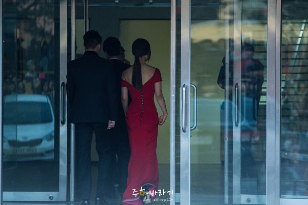 Tags: K-Pop, Girls' Generation, Kwon Yuri, Full Body, Bare Back, Walking, Back, Hair Up, Ponytail, Bare Shoulders, Red Dress, Gaon Chart K-Pop Awards