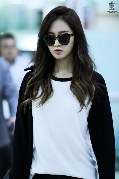 Tags: K-Pop, Girls' Generation, Kwon Yuri, Black Pants, Sunglasses, Covering Eyes, Airport, 891205com