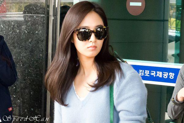 Tags: K-Pop, Girls' Generation, Kwon Yuri, Blue Shirt, Airport, Frown, Glasses, Animal Print, Bag, Sunglasses, Leopard Print, Korean Text