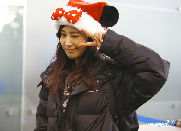 Tags: K-Pop, Girls' Generation, Kwon Yuri, Red Headwear, V Gesture, Christmas Hat, Gray Background, Hat, Christmas, Spotted, Bow, Wink