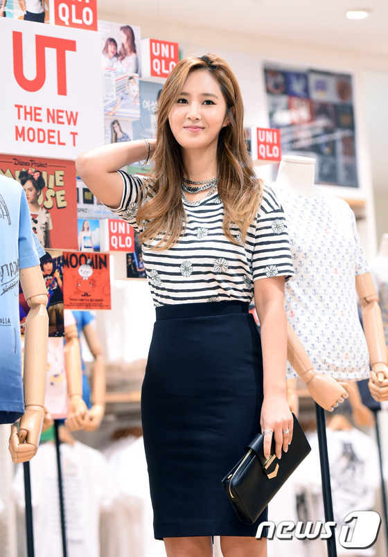 Tags: K-Pop, Girls' Generation, Kwon Yuri, Bag, Necklace, Purse, Striped Shirt, Bracelet, Highlights, Black Skirt, Skirt, Striped