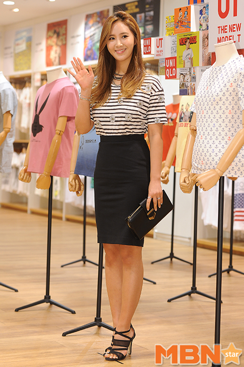 Tags: K-Pop, Girls' Generation, Kwon Yuri, Striped, Skirt, Wave, Black Footwear, Striped Shirt, Necklace, Nail Polish, Black Skirt, Purse