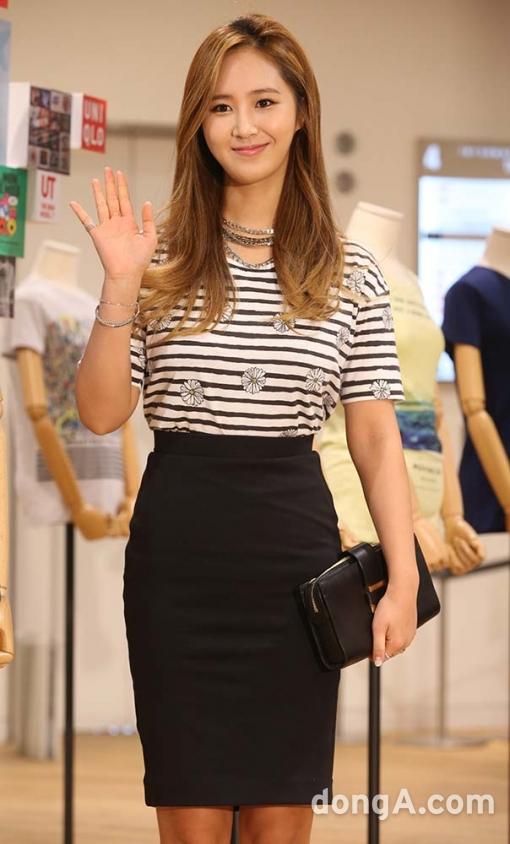Tags: K-Pop, Girls' Generation, Kwon Yuri, Skirt, Striped, Multi-colored Hair, Bag, Necklace, Purse, Striped Shirt, Bracelet, Highlights