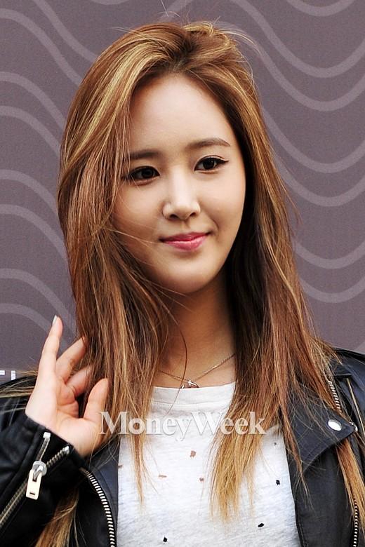 Tags: K-Pop, Girls' Generation, Kwon Yuri, Black Jacket, Black Outerwear, Hand In Hair, Brown Background, Looking Ahead, Necklace, Leather Jacket, Moneyweek