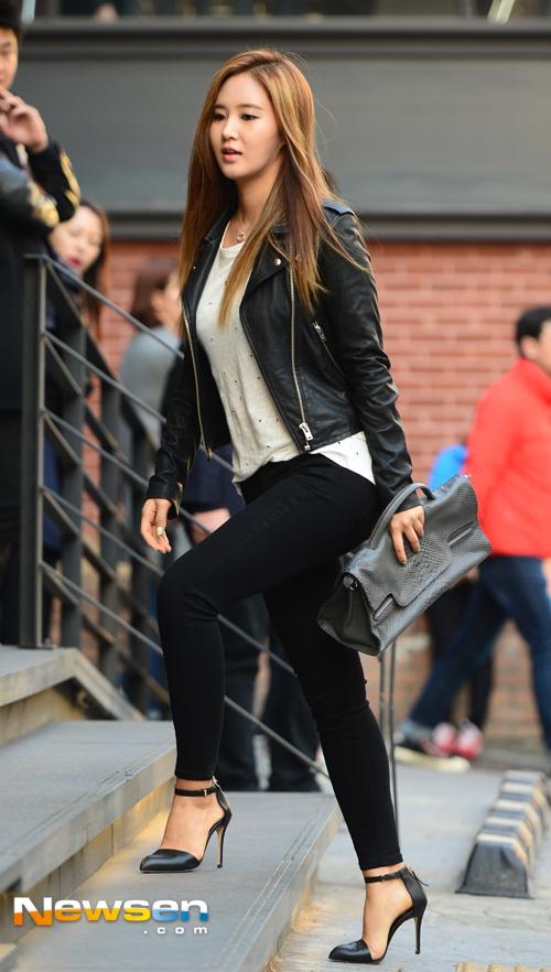Tags: K-Pop, Girls' Generation, Kwon Yuri, Necklace, Stairs, Walking, High Heels, Black Footwear, Black Pants, Leather Jacket, Looking Ahead, Black Jacket