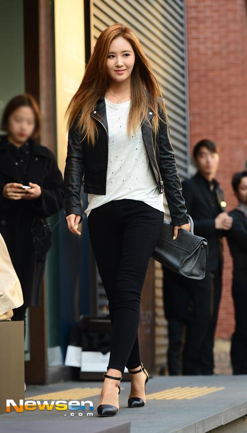 Tags: K-Pop, Girls' Generation, Kwon Yuri, Walking, Necklace, Black Outerwear, Black Pants, High Heels, Black Footwear, Black Jacket, Leather Jacket, Bag