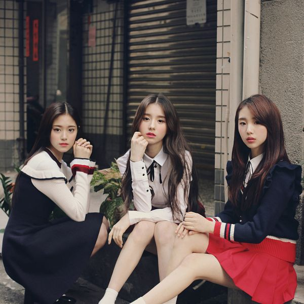 Tags: K-Pop, LOOΠΔ, My Sunday, Kim Hyunjin, Jeon Heejin, Im Yeojin, Serious, Blue Shirt, Plant, Three Girls, Red Skirt, Crouching