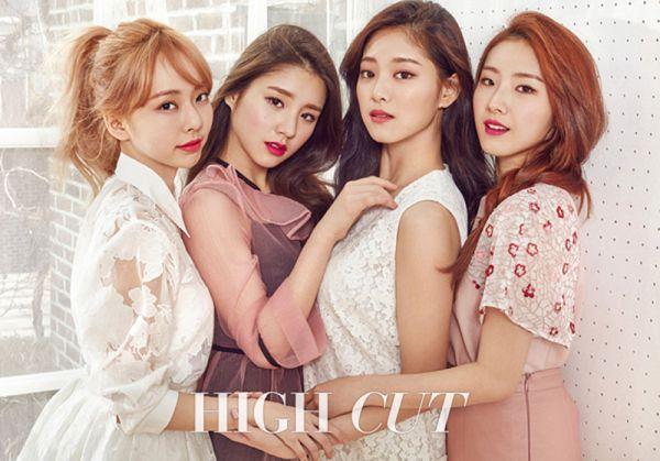 Tags: K-Pop, LOOΠΔ, Jo Haseul, Kim Hyunjin, Jeon Heejin, Vivi (LOOΠΔ), Short Sleeves, Red Hair, Quartet, Holding Close, Four Girls, Make Up