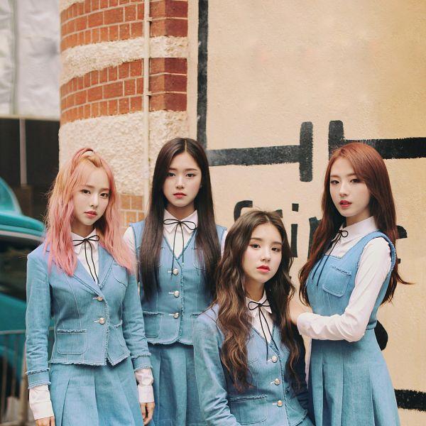 Tags: K-Pop, LOOΠΔ, Vivi (LOOΠΔ), Jo Haseul, Kim Hyunjin, Hand On Shoulder, Quartet, Serious, Make Up, Four Girls, Blue Jacket, Blush (Make Up)