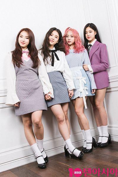 Tags: K-Pop, LOOΠΔ, Jo Haseul, Kim Hyunjin, Vivi (LOOΠΔ), Socks, Gray Shirt, Spotted, Pink Hair, Gray Dress, Wavy Hair, Head Tilt