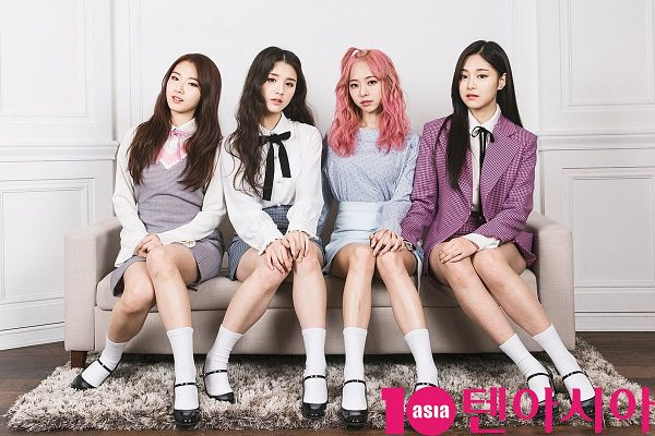 Tags: K-Pop, LOOΠΔ, Vivi (LOOΠΔ), Jeon Heejin, Jo Haseul, Kim Hyunjin, Four Girls, Black Footwear, Checkered, Couch, Sitting On Couch, Checkered Skirt