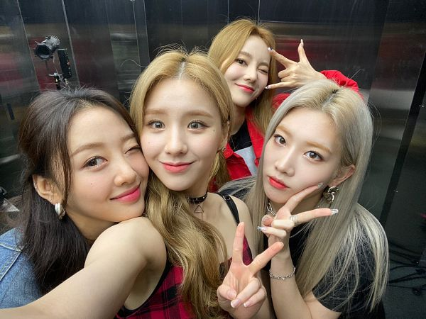 Tags: K-Pop, LOOΠΔ, Kim Lip, Jeon Heejin, Yves, Jung Jinsoul