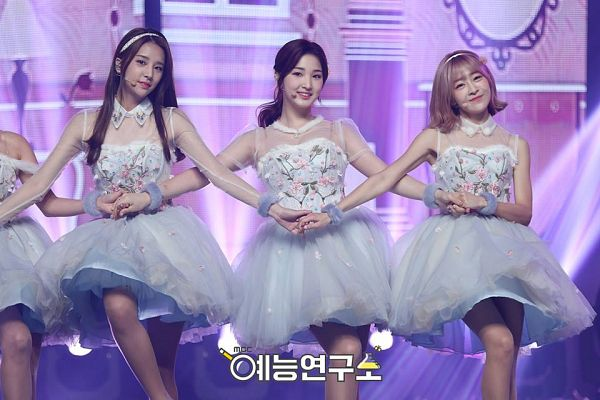 Tags: K-Pop, Laboum, Kim Yujeong, Kim Yulhee, Ahn Solbin, Purple Background, White Dress, White Outfit, Floral Print, Holding Hands, Floral Dress, Trio