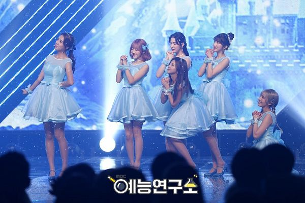 Tags: K-Pop, Laboum, Ahn Solbin, ZN, Jung Soyeon, Kim Yulhee, Kim Yujeong, Yeom Haein, Matching Outfit, Looking Up, Medium Hair, Bare Legs